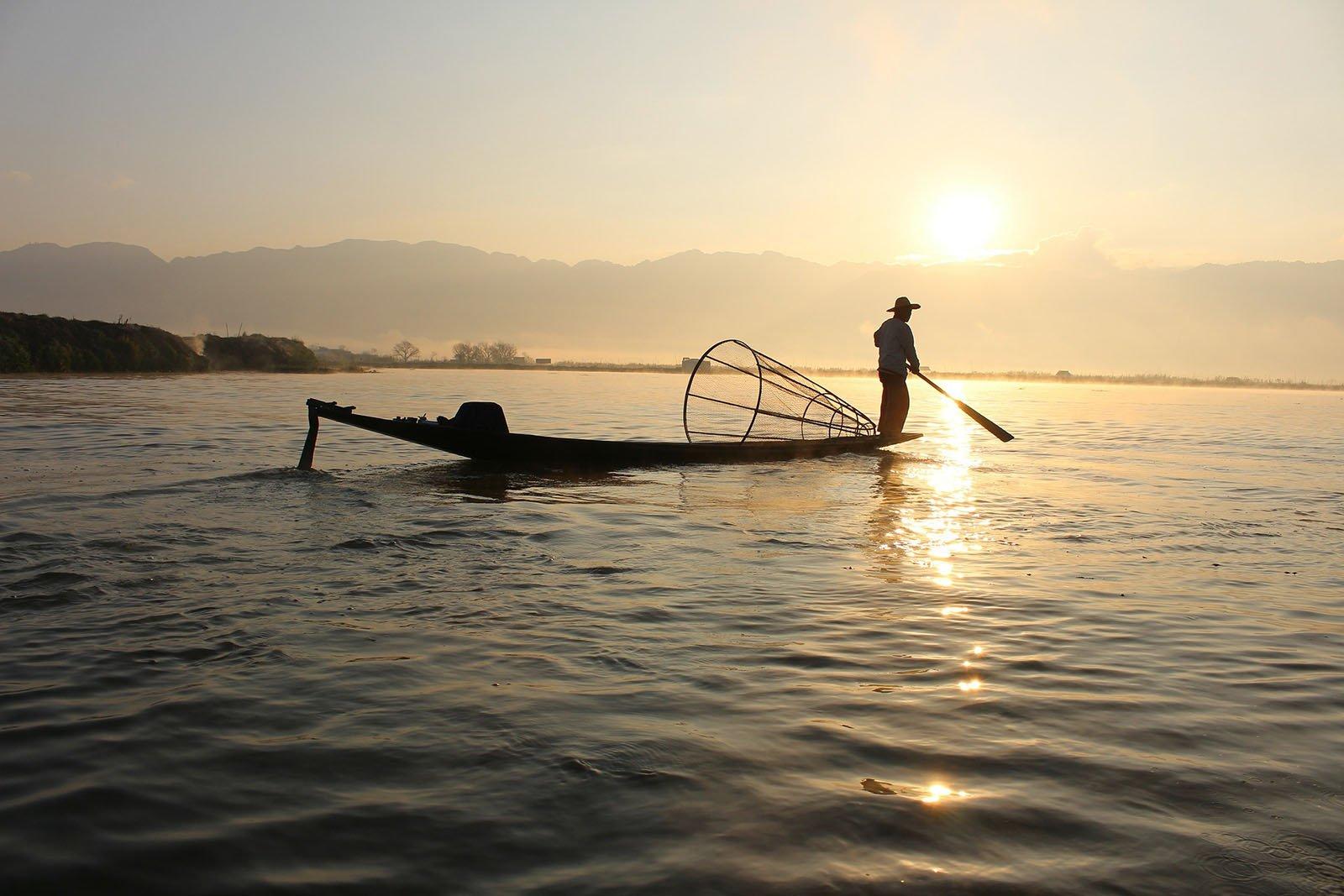 Pêcheur au couché de soleil sur le lac Inle, Birmanie