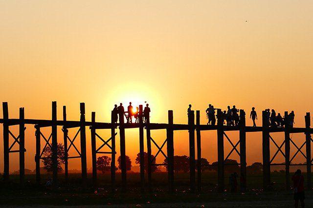Le pont U Bein au couché de soleil en Birmanie