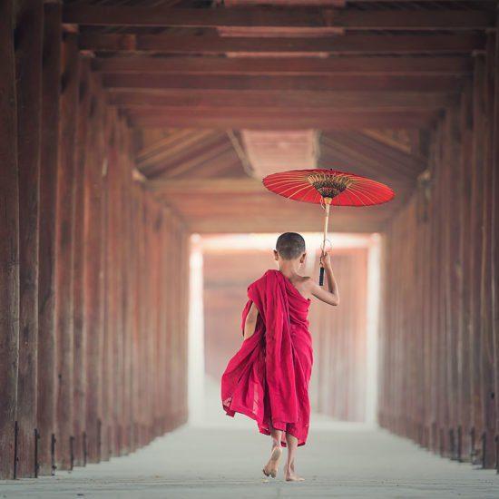 Jeune moine marchant dans un temple, Birmanie