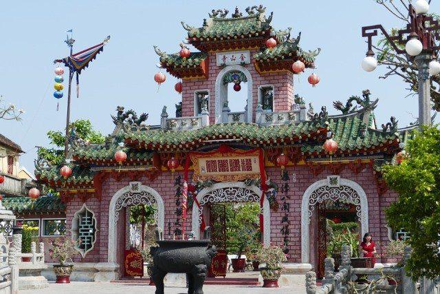Entrée d'une pagode de style chinois à Hoi An, Vietnam