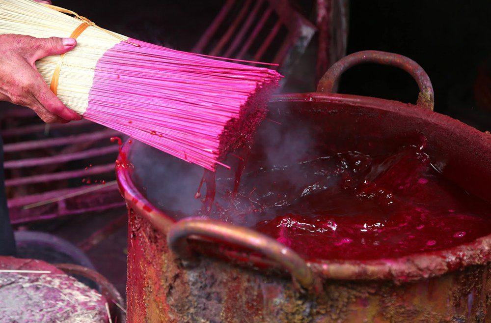 Peindre les batonnets d'encens, Vietnam