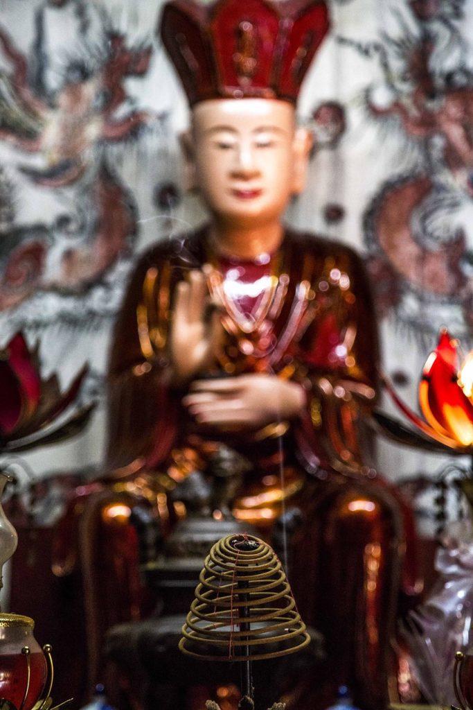 Encens dans une pagode à Hanoi, Vietnam