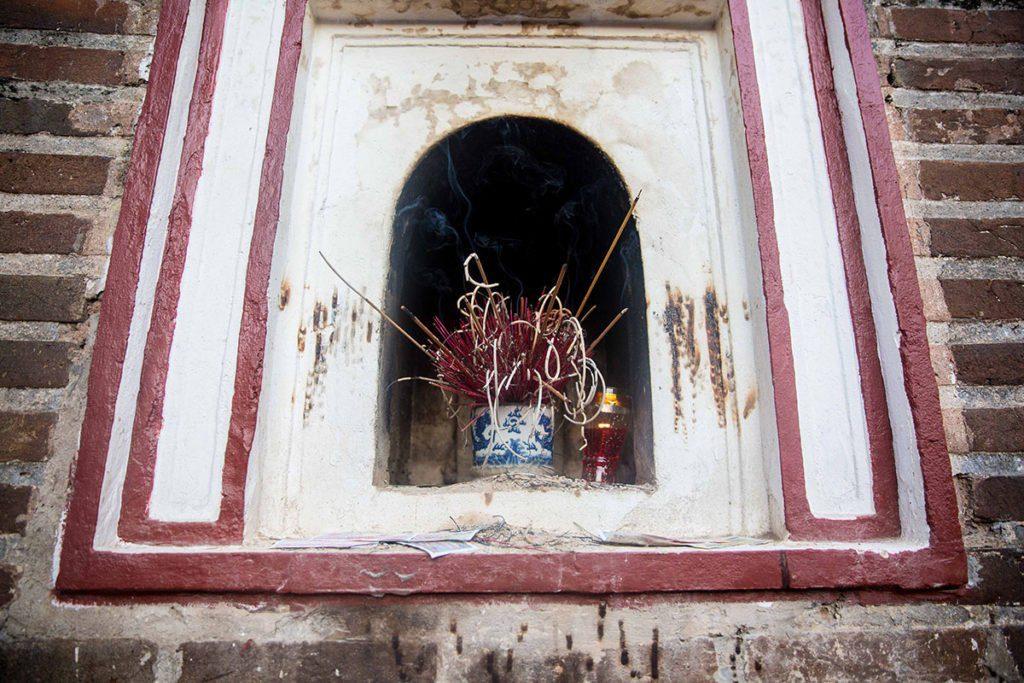 Encens à la pagode Tran Quoc à Hanoi, Vietnam