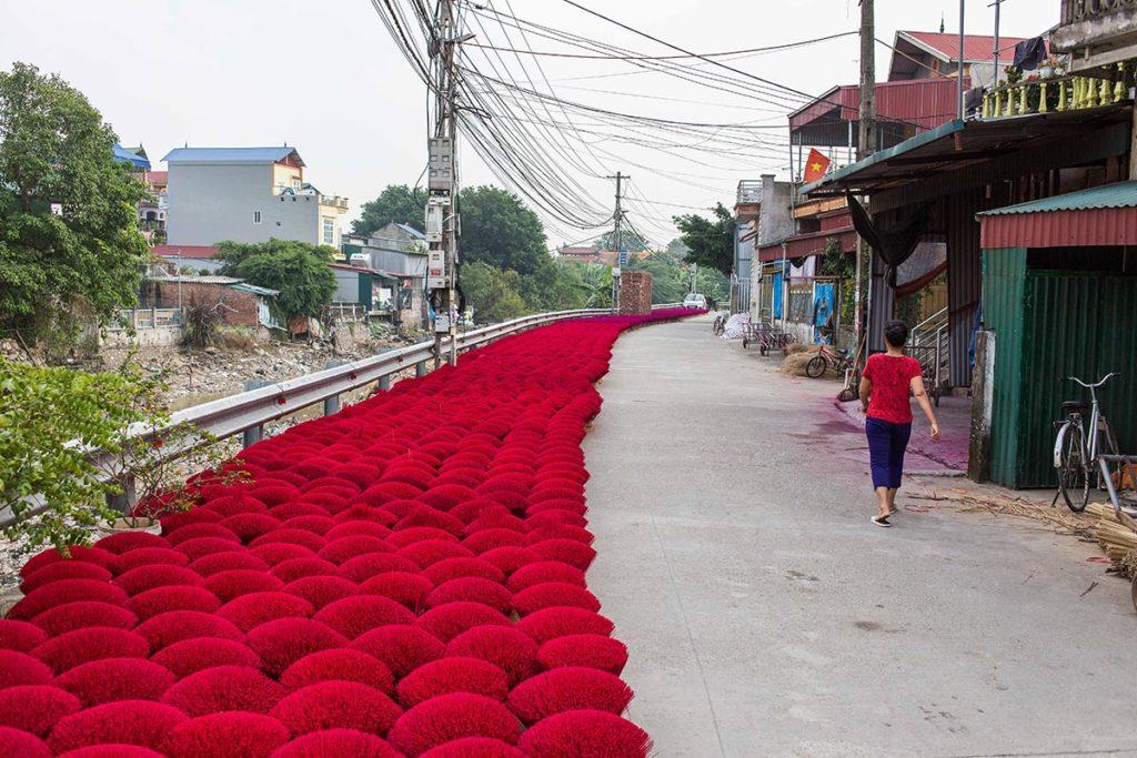 Les bords de route colorés par l'encens Quang Phu Cau, Vietnam
