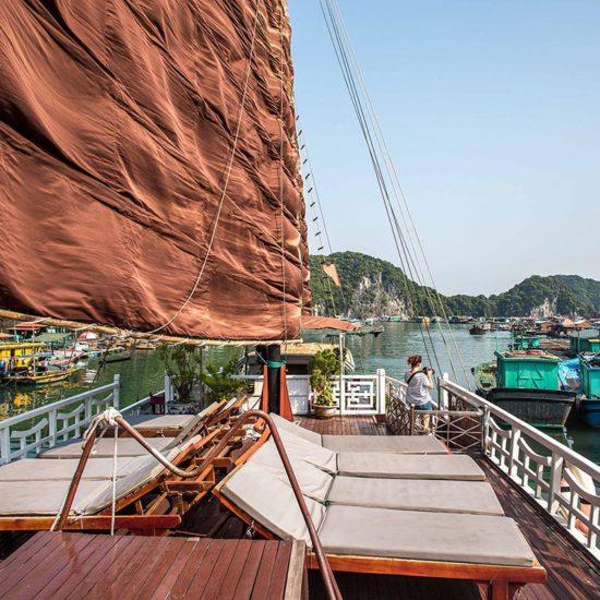Jonque Quatre Saisons traversant le village de pêcheur de Hang Vem, Baie de lan Ha, Vietnam