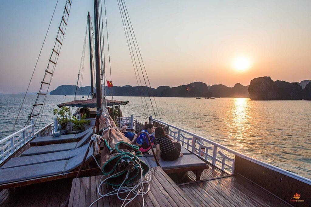 Coucher de soleil vu depuis le pont supérieur de la jonque Quatre Saisons, Vietnam
