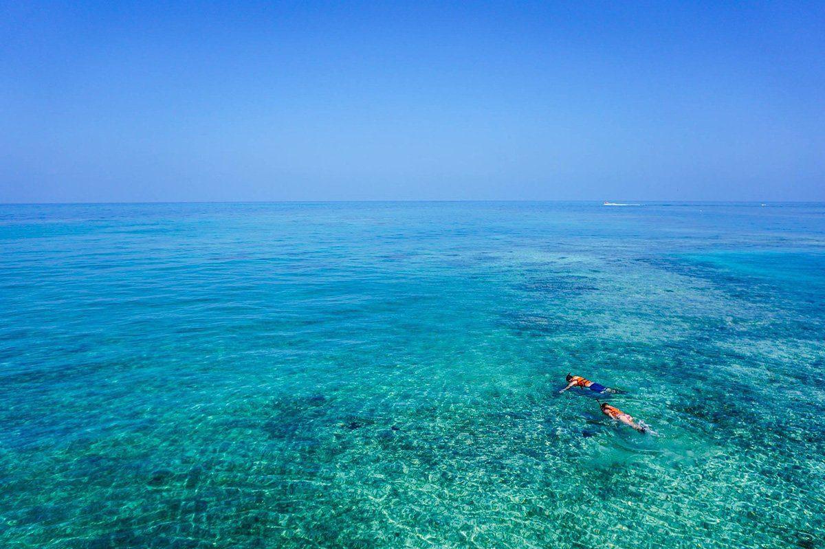 Personnes s'adonnant au snorkellling dans les eaux turquoises de Nha Trang, Vietnam