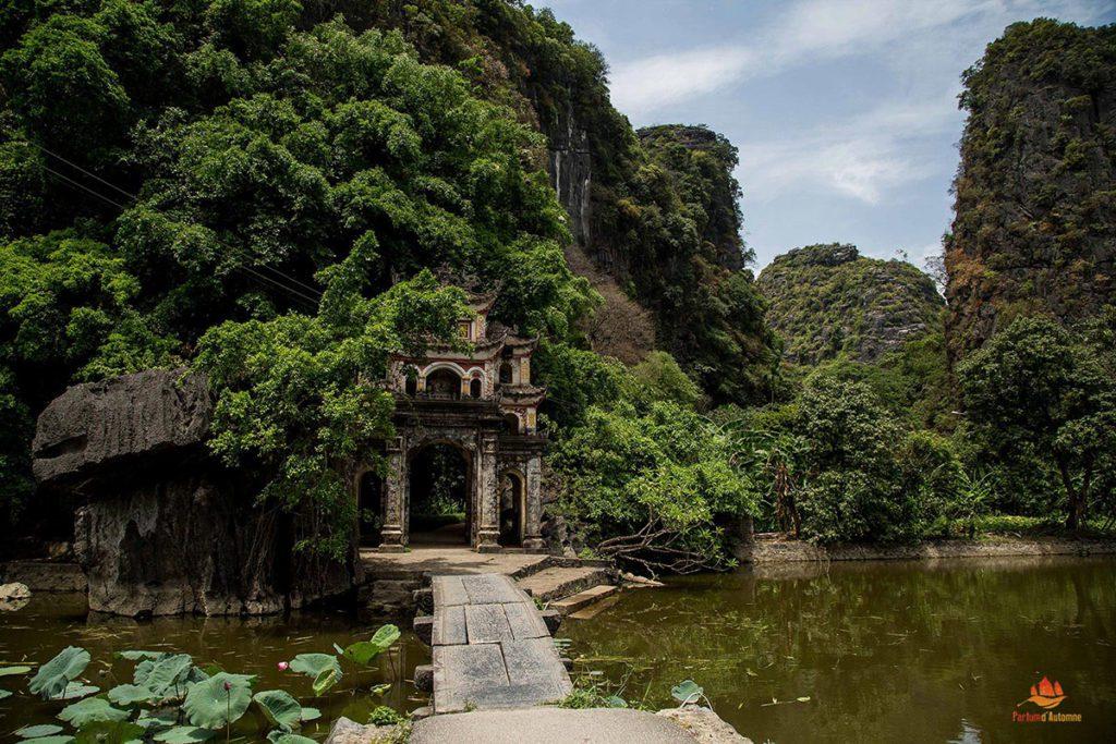 L'entrée de la pagode de jade à Tam Coc, Ninh Binh, Vietnam