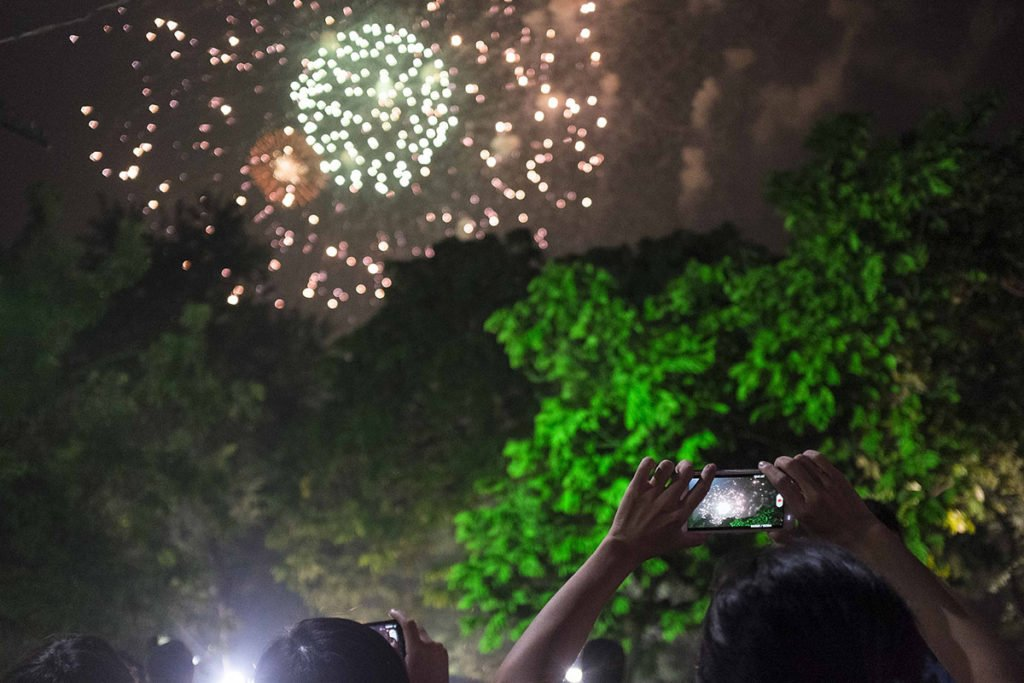 Hanoien prenant en photo le feu d'artifice du nouvel an, Hanoi, Vietnam