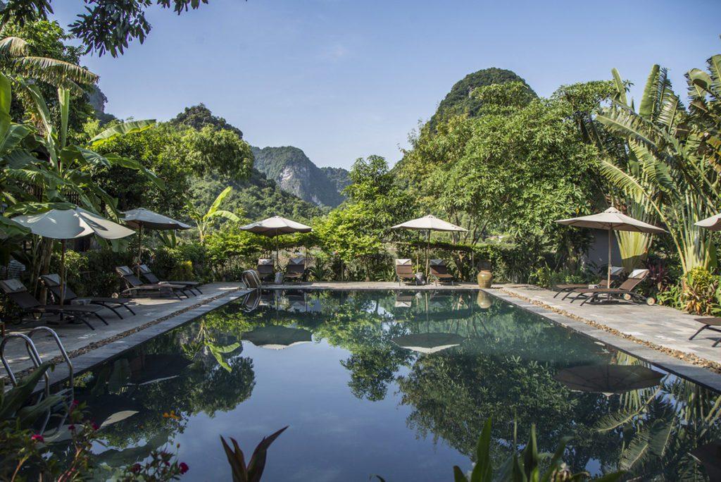 La piscine de l'hôtel Tam Coc Garden au pied des pitons rocheux, Ninh Binh, Vietnam