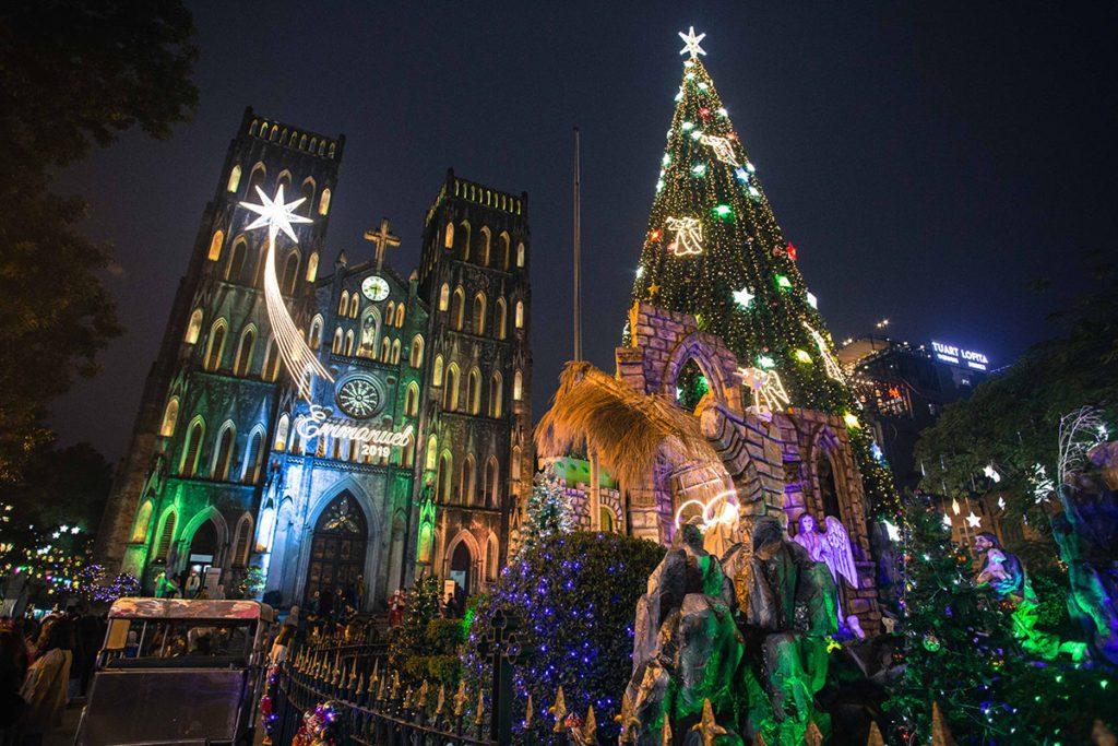 La Cathédrale illuminée à l'approche de Noël, Hanoi, Vietnam