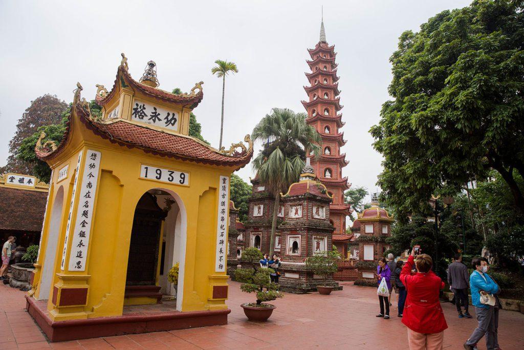 Extérieur de la première cour de la pagode Tran Quoc à Hanoi, Vietnam