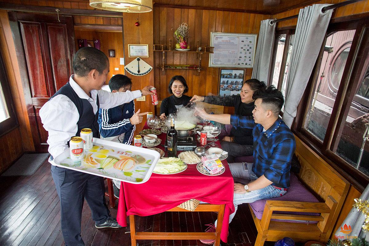 Salle à manger sur le bateau Majonq
