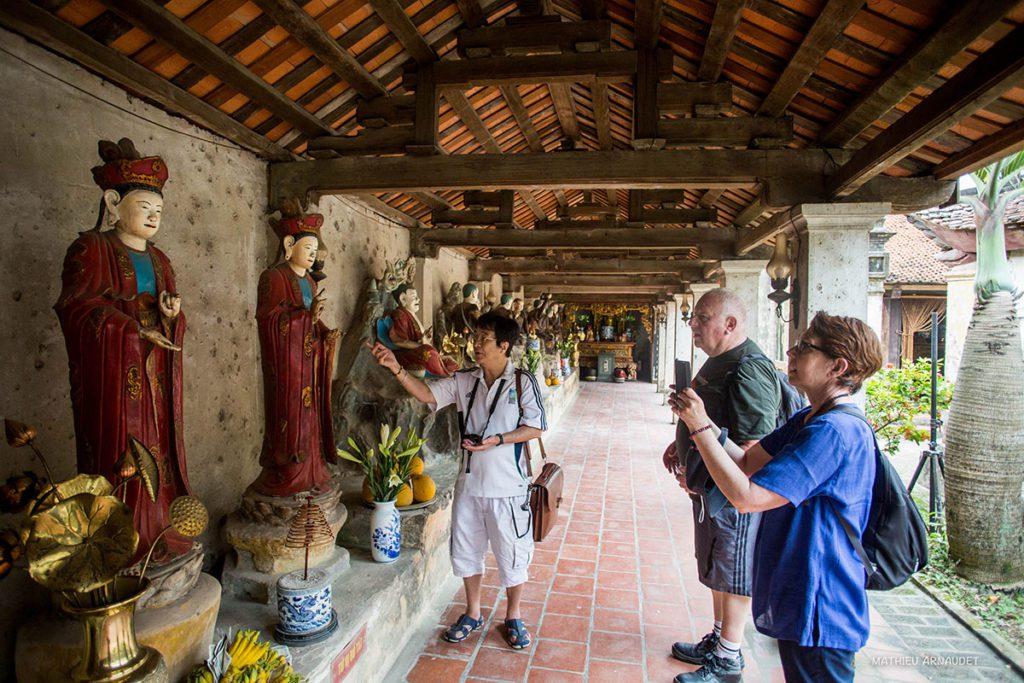 Notre guide André en train d'expliquer l'histoire des statues de la pagode Tay Phuong