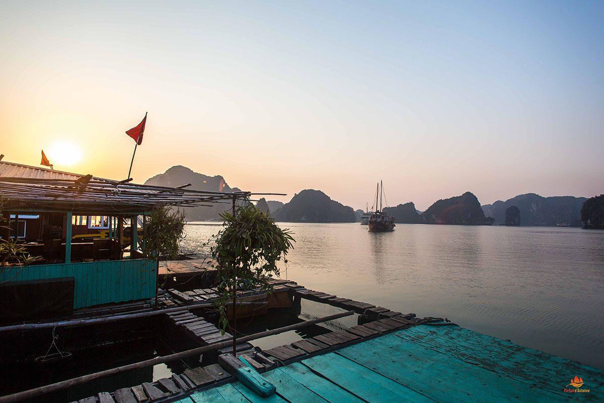 Vue depuis la maison flottante, Baie de Lan Ha, Vietnam
