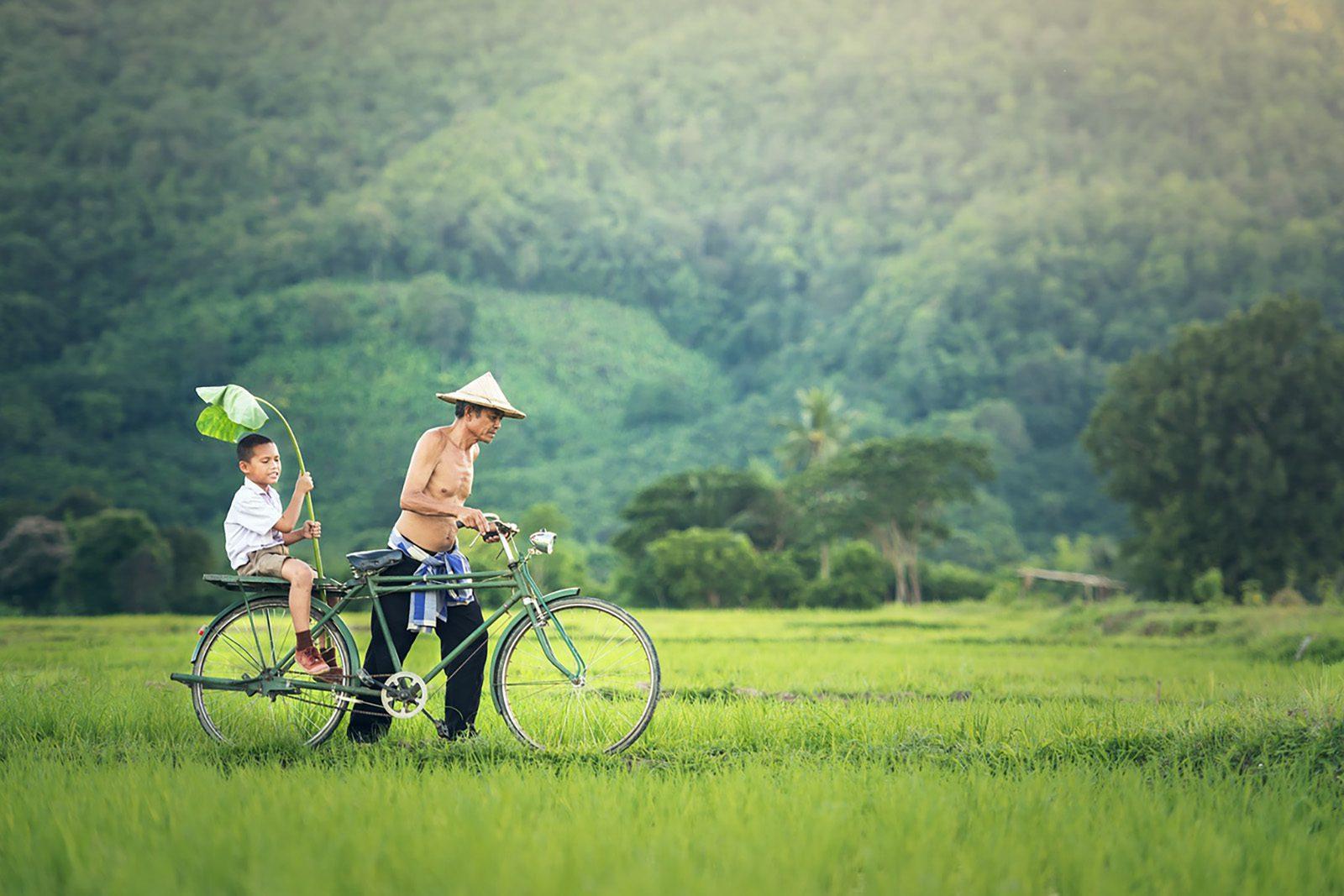 Papa et son fils dans la campagne cambodgienne, Cambodge