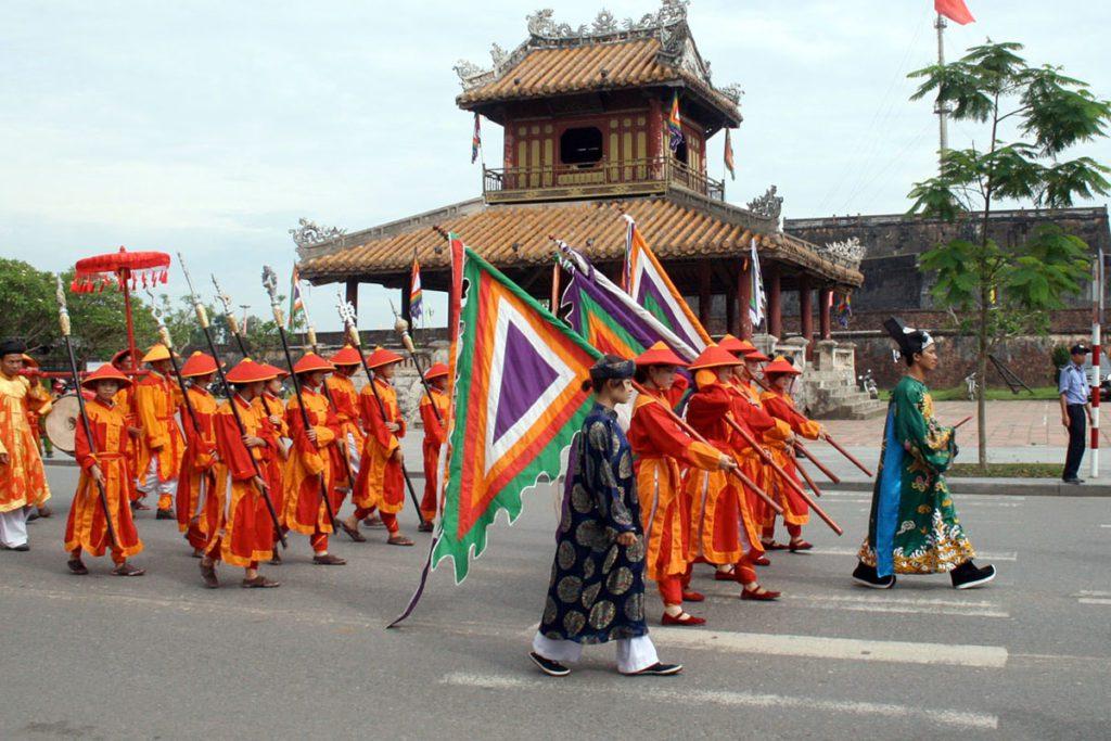 Défilé en costrumes traditionnels de Hue, Vietnam