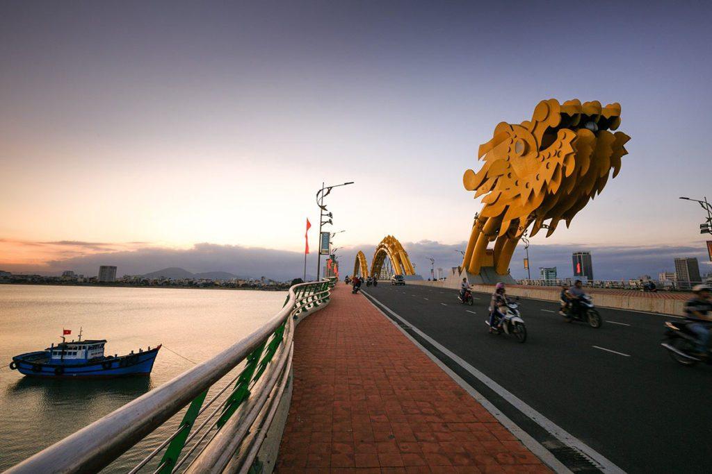 Fameux Pont du Dragon à Danang, Vietnam