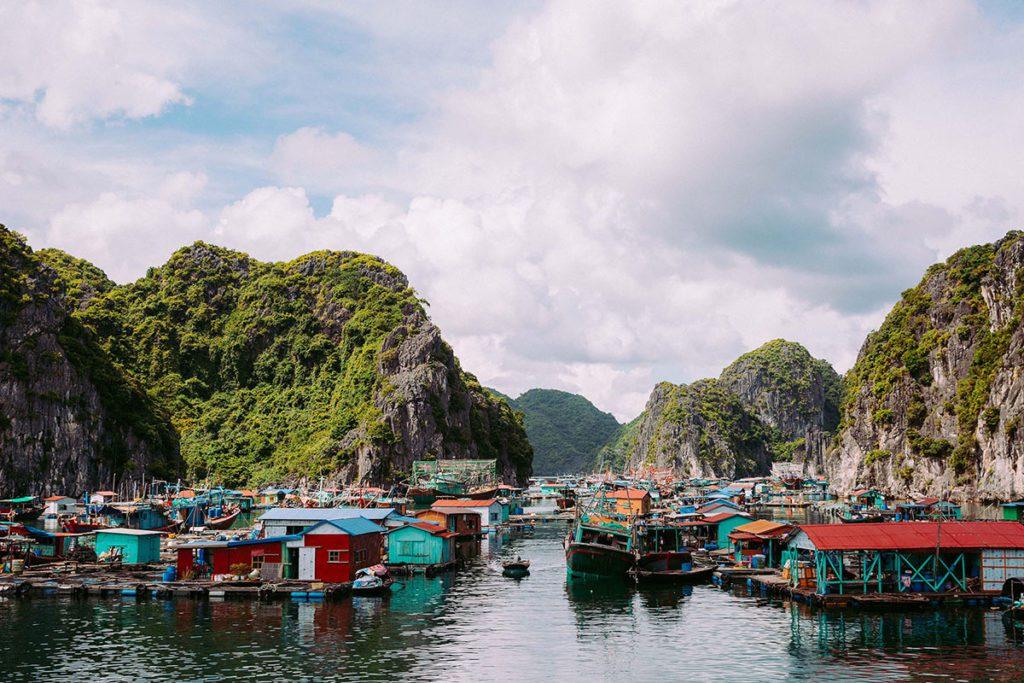 Village de Pêcheur de Hang Vieng dans la baie de Lan Ha, Vietnam