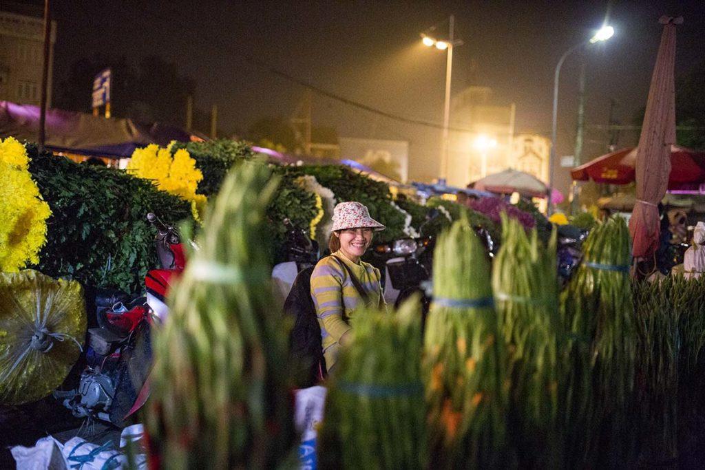 Vendeuse au marché des fleurs de Hanoi, Vietnam