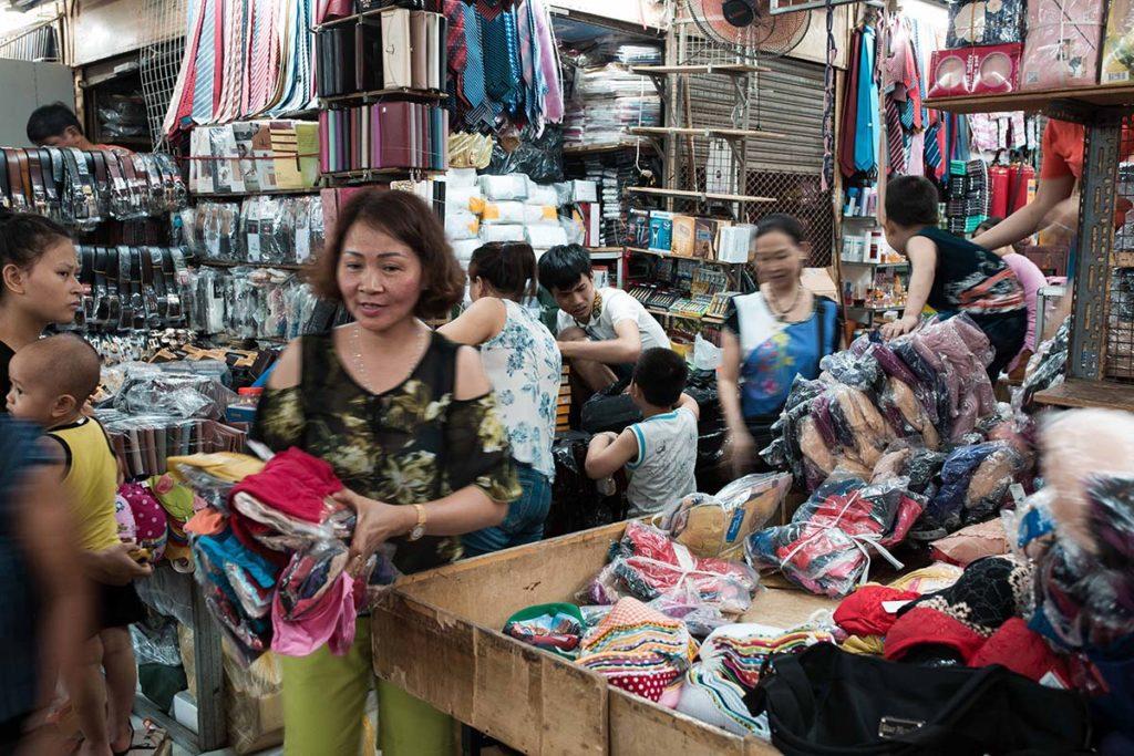 Le marché aux vêtements de Dong Xuan, Hanoi, Vietnam