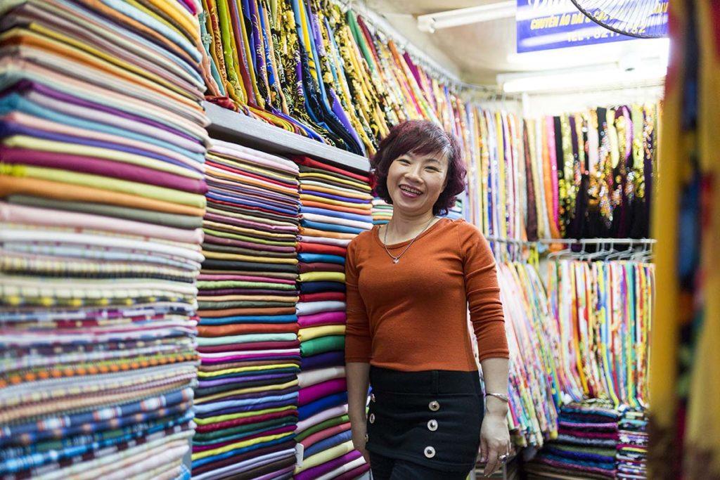 Portrait d'une vendeuse dans son échoppe, Hanoi, Vietnam