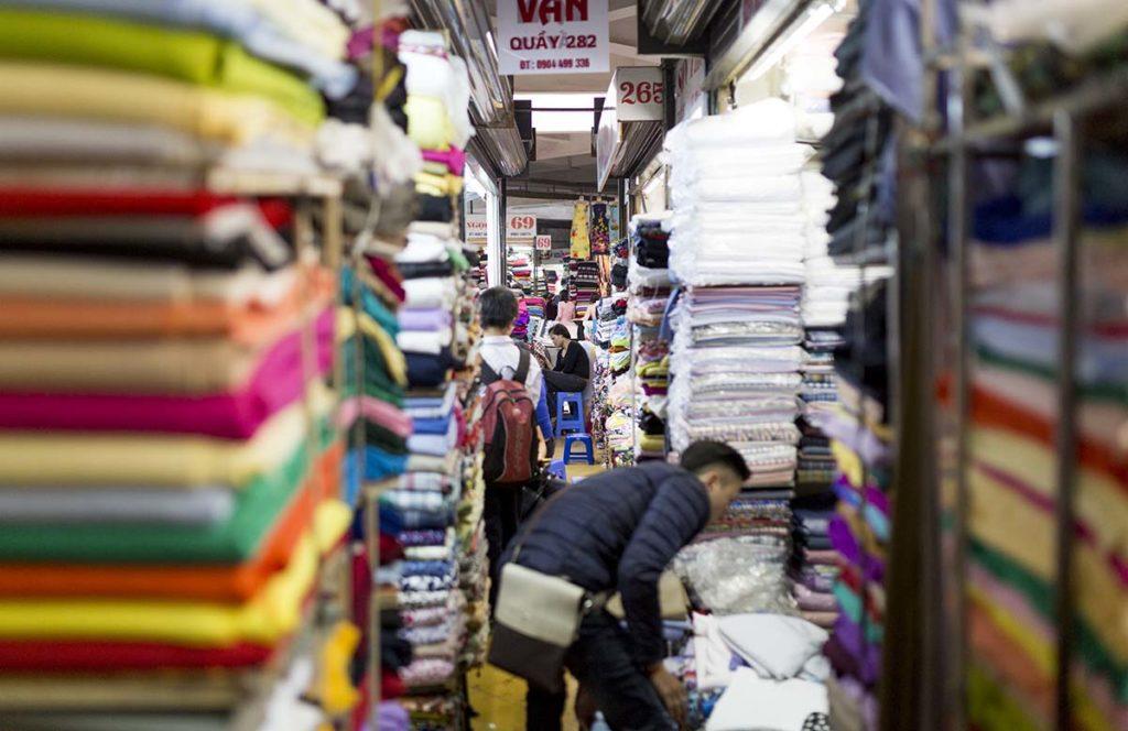 Les allées étroites du marché de Hom, Hanoi, Vietnam