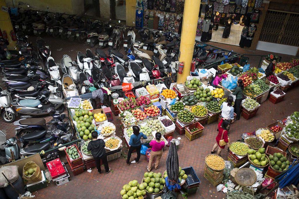 Le marché de fruits et légumes au rez de chaussée du marché de Hom, Hanoi, Vietnam