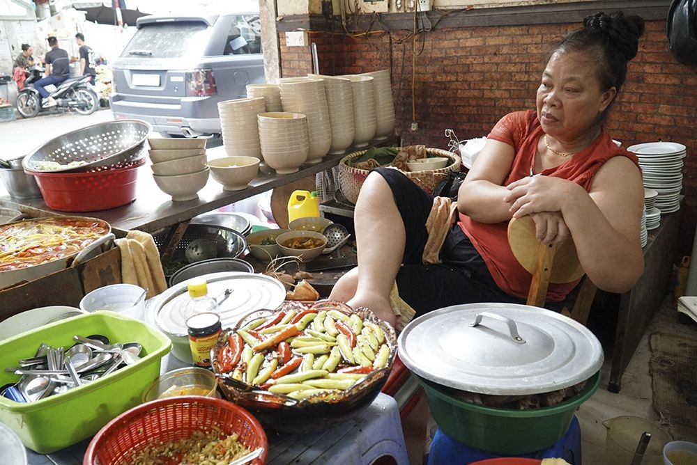 """Portrait de la tenante du restaurant surnommé """"Bun Chui"""", Hanoi, Vietnam"""