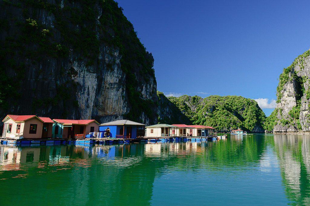 Les maisons flottante de Vung Vieng dans la baie de Bai Tu Long, Vietnam