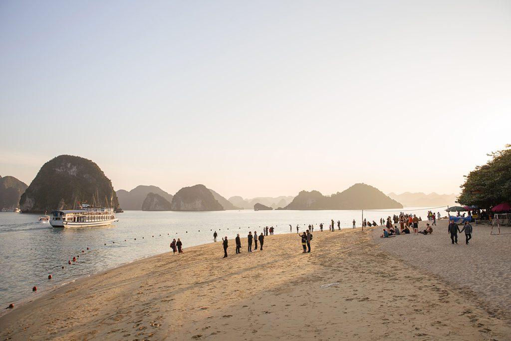 Plage sur l'ile de Tip Top, Baie d'Halong, Vietnam