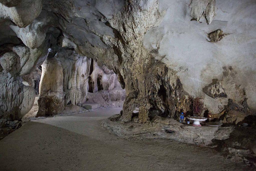 Petit autel à l'intérieur de la grotte Trung Trang, Ile de Cat Ba