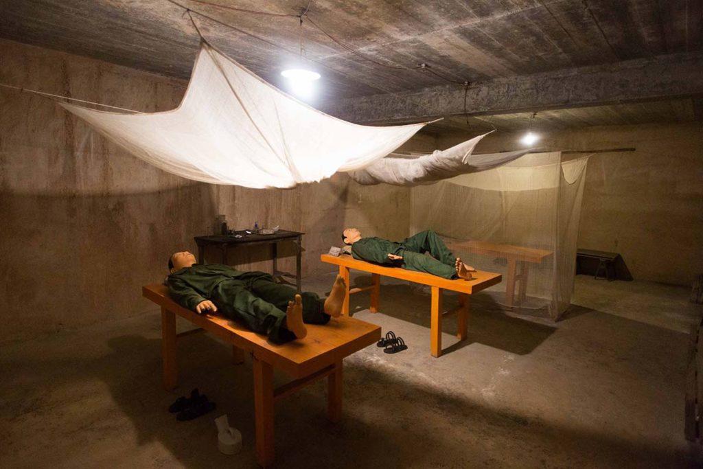 Reconstitution d'une salle dans la grotte dite de l'Hôpital, ile de Cat Ba