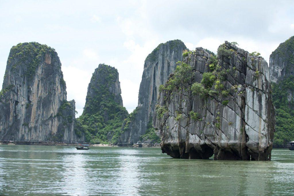 Le rocher de Dinh Huong dans la Baie d'Halong, Vietnam