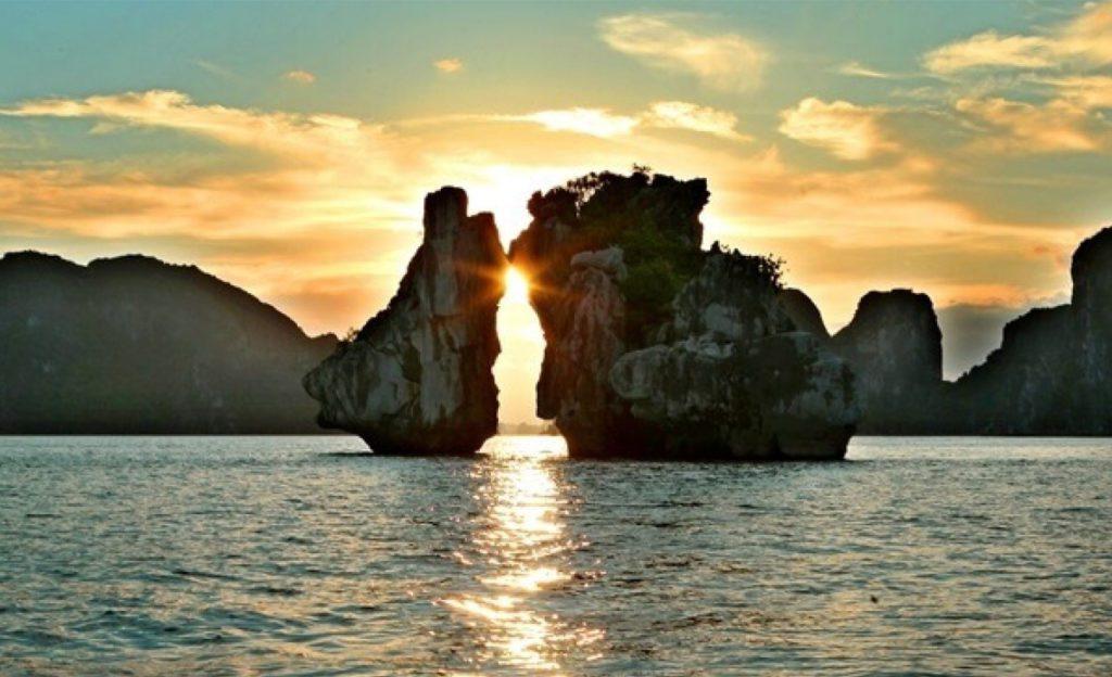 """Les rochers appelés """"combats de coq"""" dans la Baie d'Halong"""