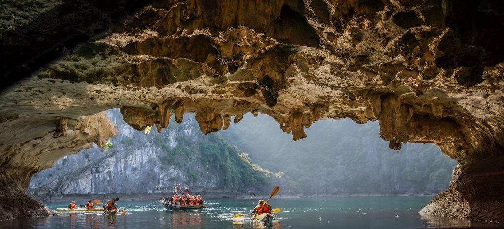 Passage creusé dans la pierre dans la baie de Lan Ha, Vietnam
