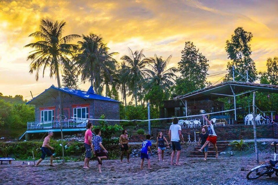 Partie de beach volley sur la plage de Woodstock Beach Camp, Cat Ba