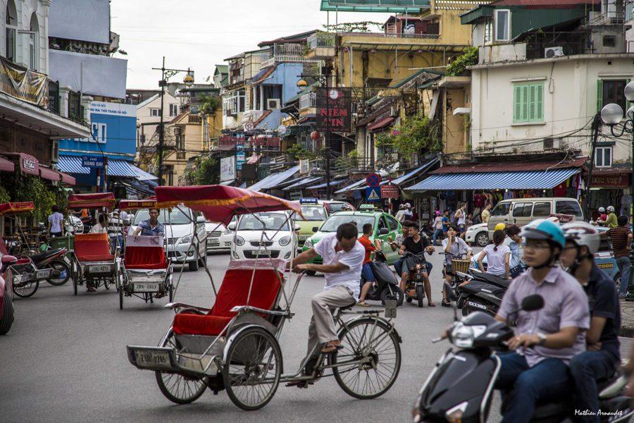 Circulation dense dans le centre de Hanoi, Vietnam