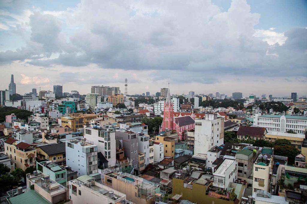 La cathédrale de Saigon parmi les habitation, Vietnam