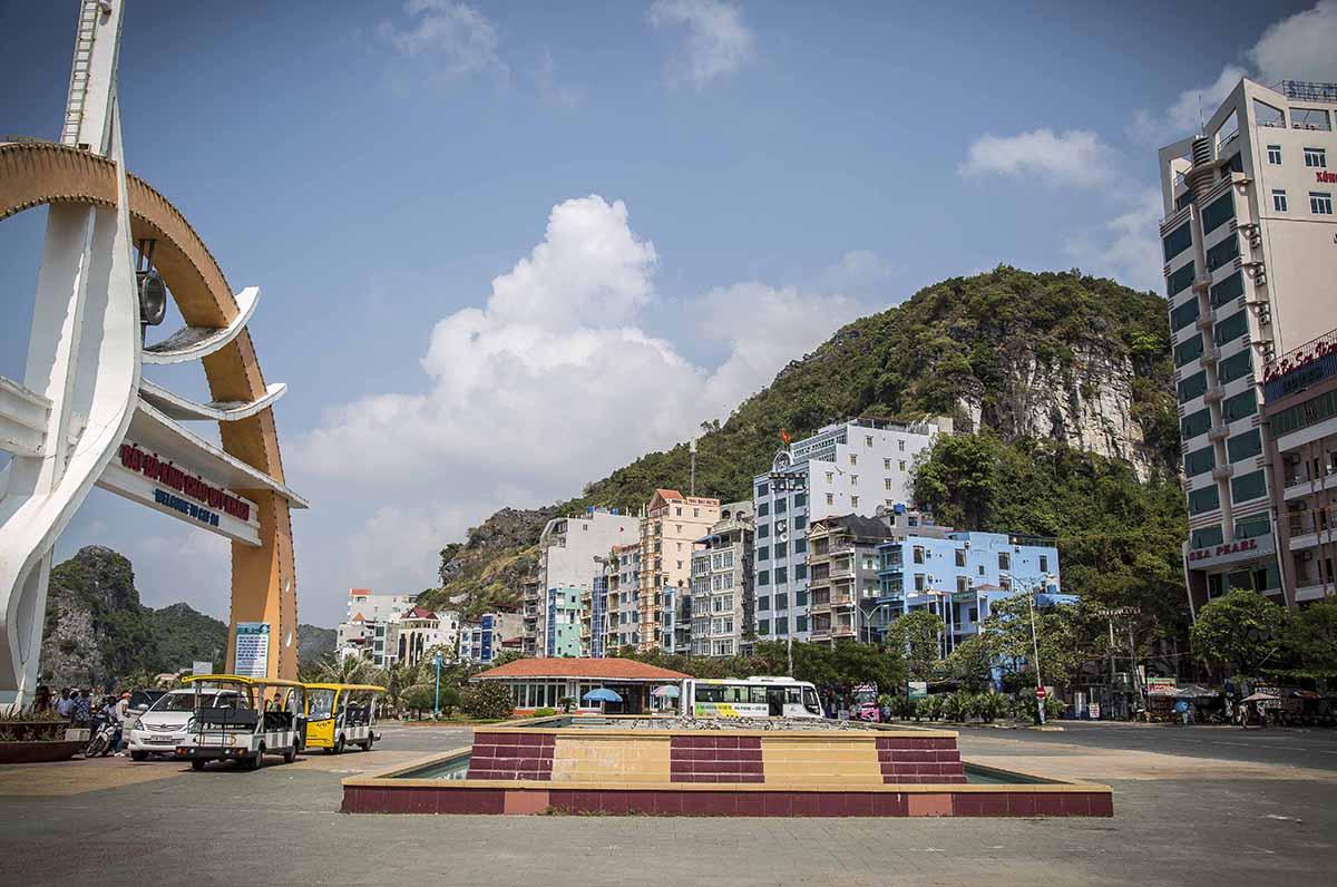 Entrée de la ville de Cat Ba depuis le port, Vietnam
