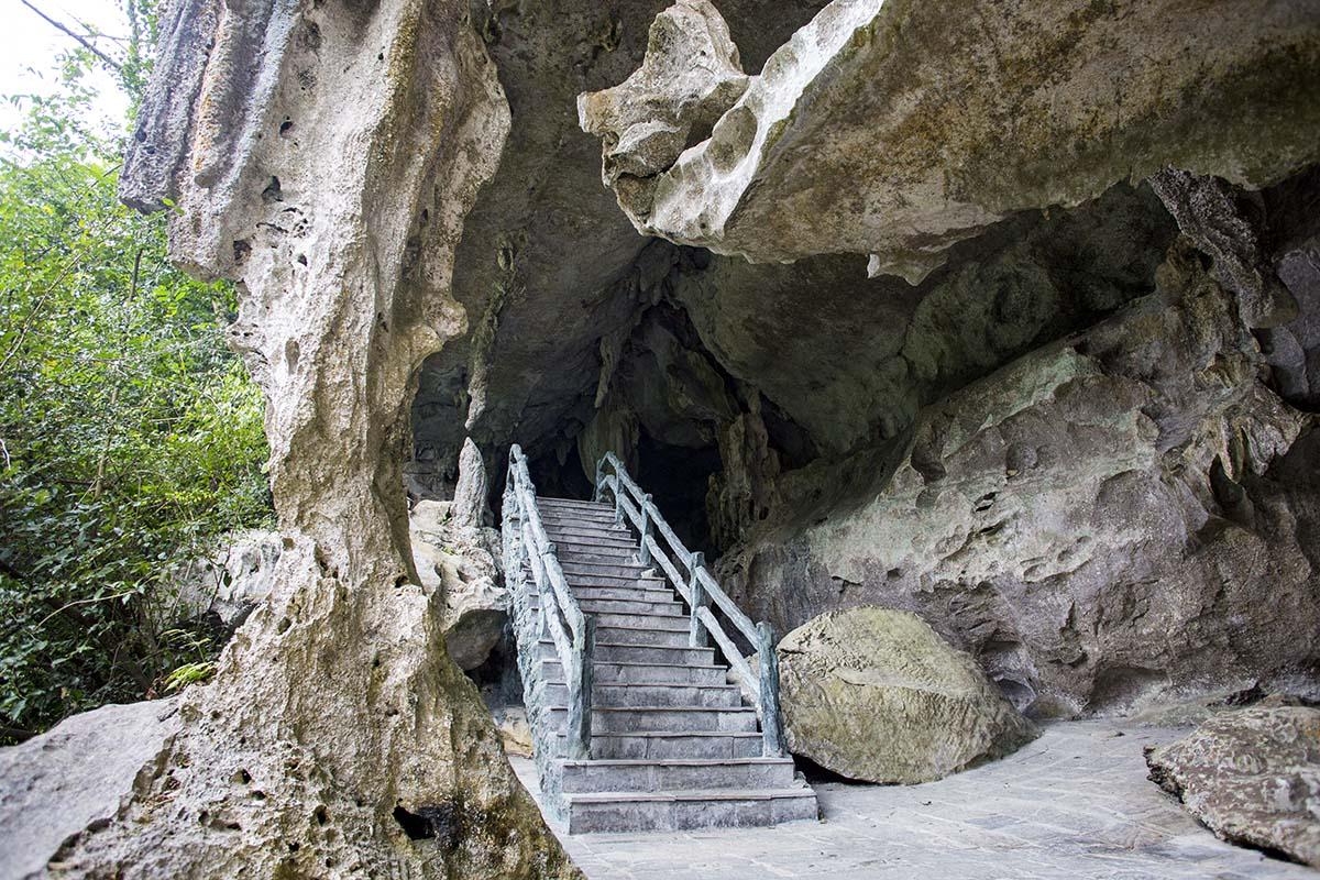 Entrée de la grotte Trung Trang à flanc de montagne
