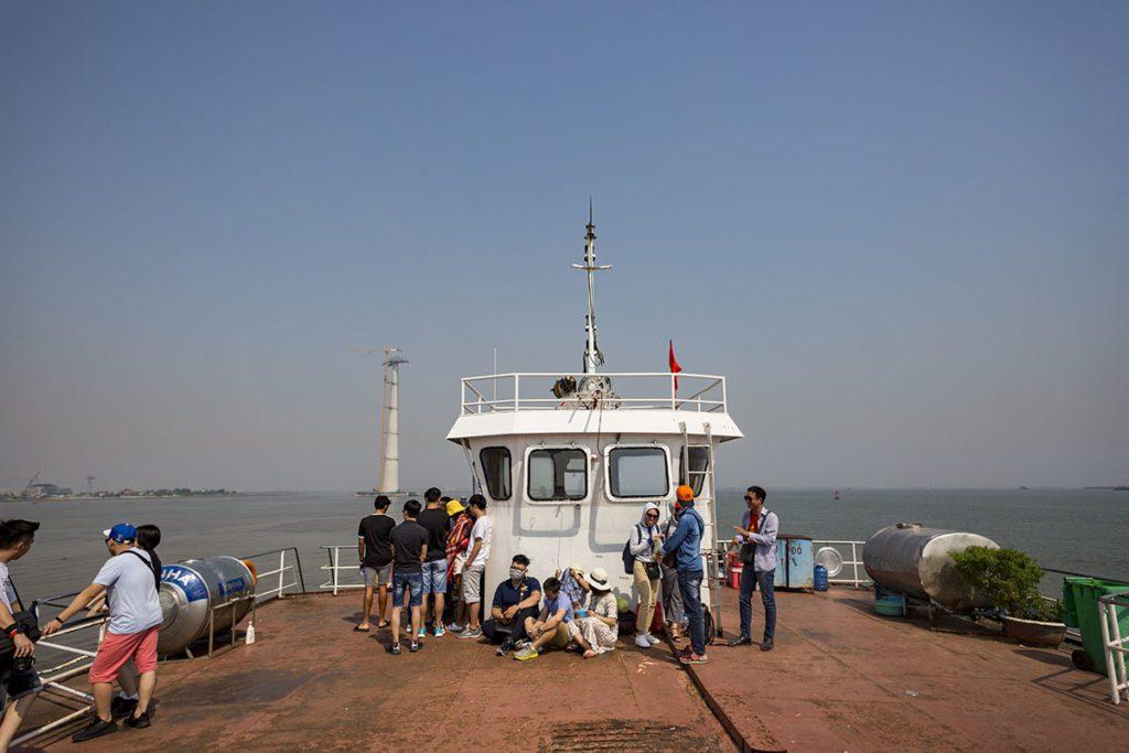 Sur le pont du ferry pour la traversée vers l'ile de Cat Ba