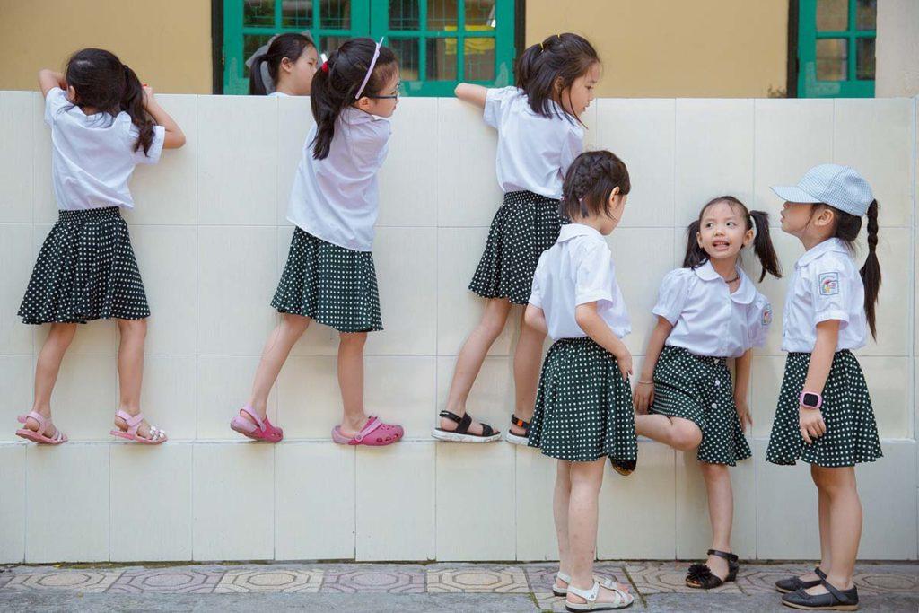 Jeunes filles dans la cour de l'école, Vietnam
