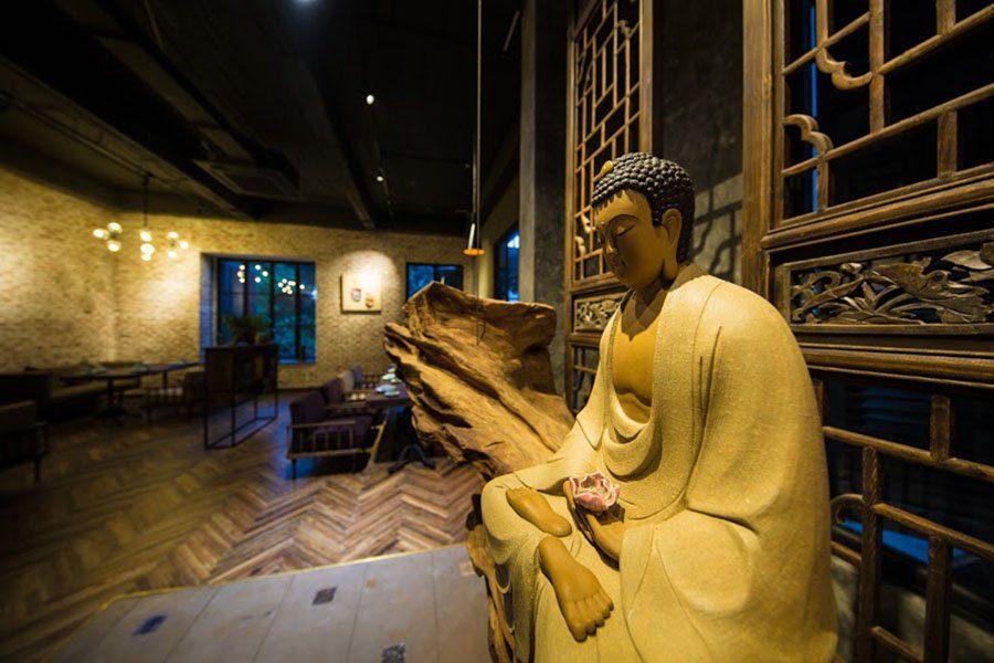 La statue du bouddha dans le restaurant Uu Dam Chay à Hanoi