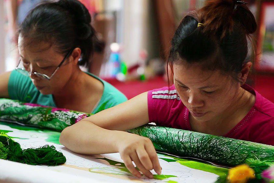 Travail minutieux de broderie à la main, Vietnam