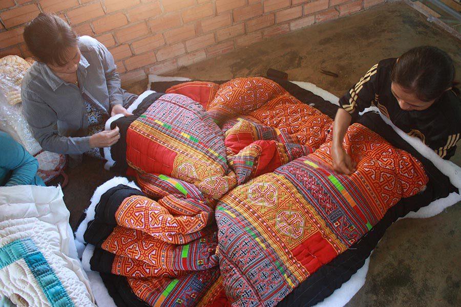 Femmes en train de coudre un dessus de lit, Mekong Quilts