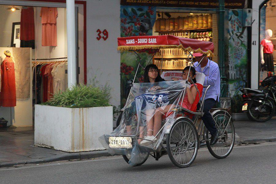 Deux jeunes vietnamiennes revenant des courses en cyclo