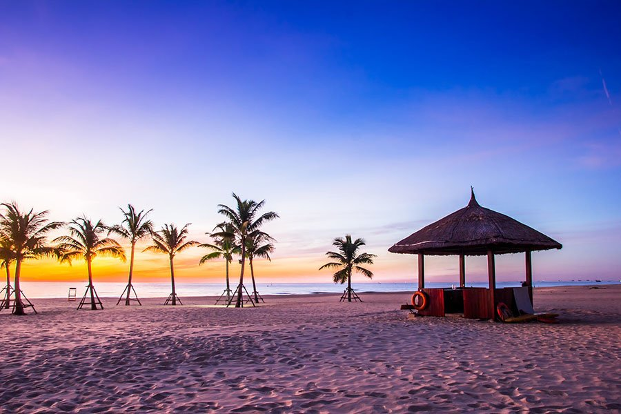 Coucher de soleil sur une plage dans les environs de Hoi An, Vietnam