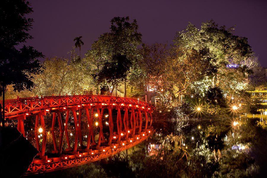 Le pont Thue Huc sur le lac Hoan Kiem à la nuit tombée