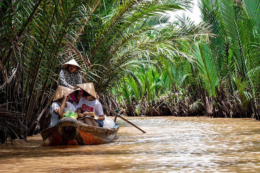 Navigation sur les petits arroyos près de Cai Be, delta du Mékong